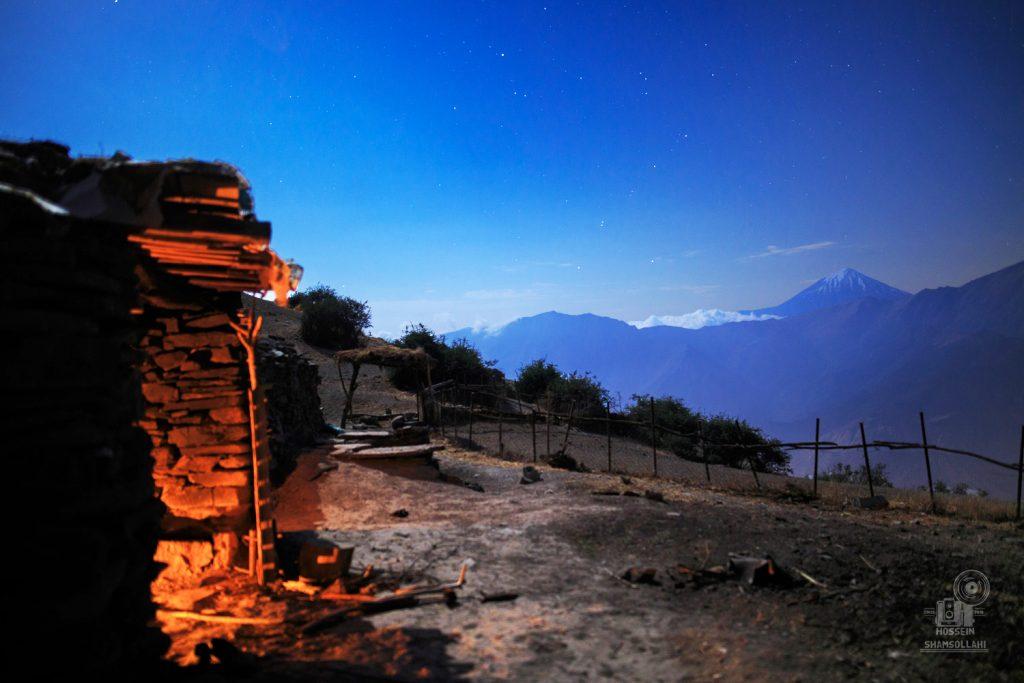 تصویری از قله دماوند و یک گوسفند سرا زیر نور ماه عکاس حسین شمس اللهی
